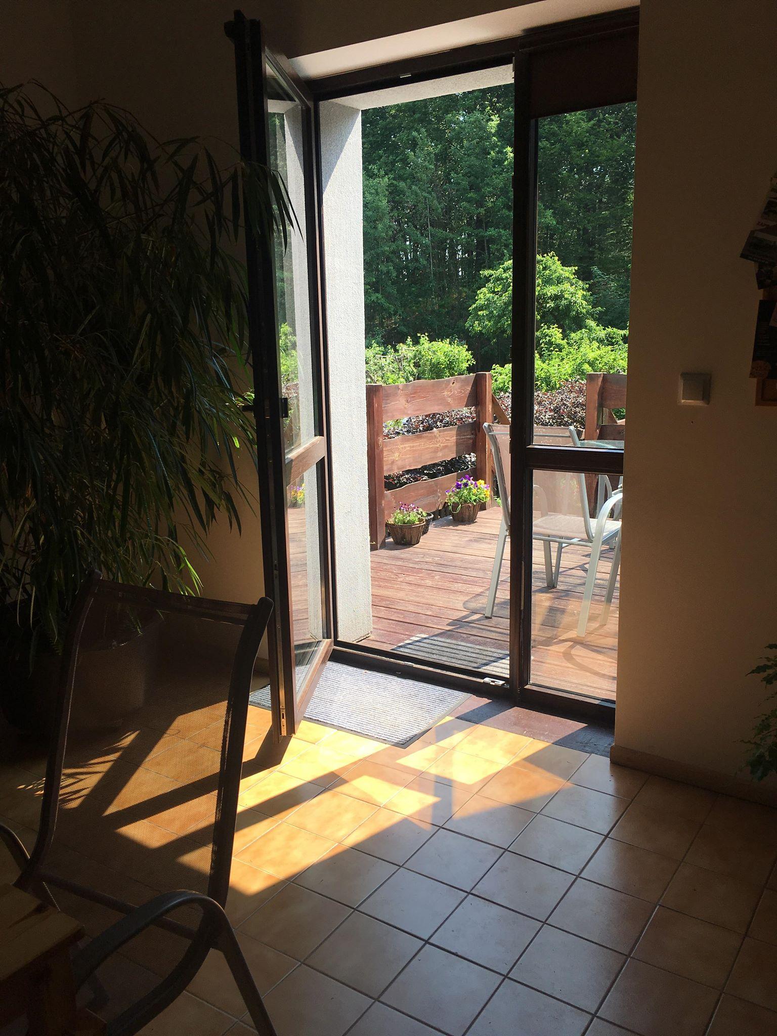 salon z kominkiem, taras i ogród   pokoje nad jeziorem łagowskim