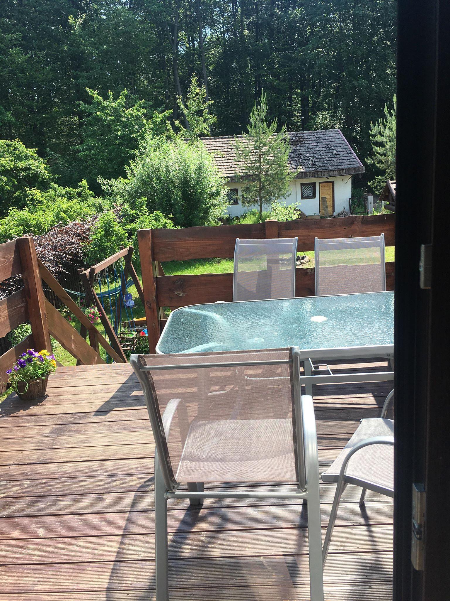 Słoneczny taraz z dużym stołem   pokoje nad jeziorem łagowskim